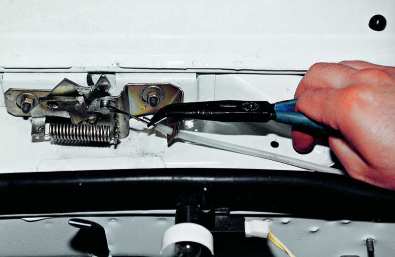 Обрыв тросика капота. Причины и ремонт